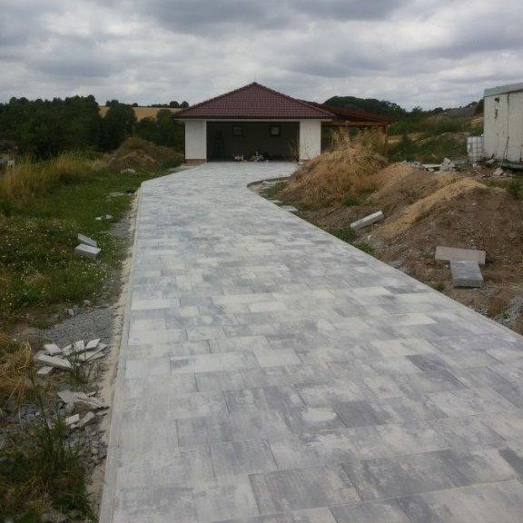Příjezdová cesta v Mladé Boleslavi