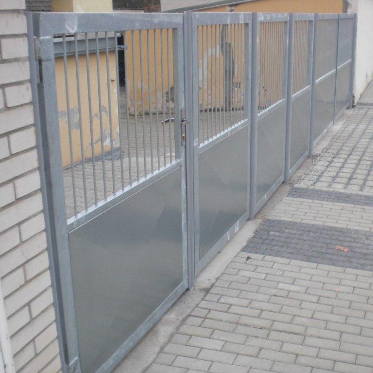 Oplocení školy v Přerově nad Labem